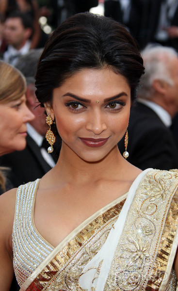 dusky beauty deepika padukone in saree